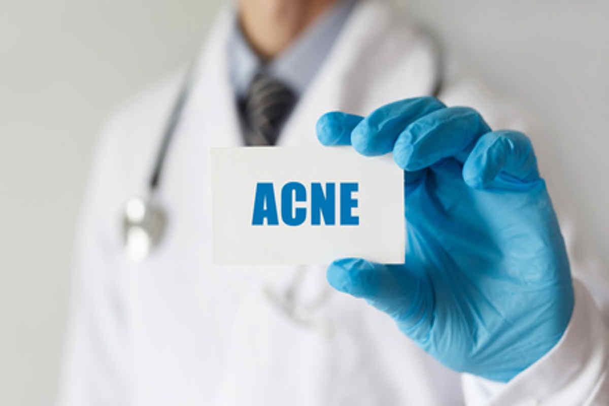 Acné, maladie de la peau qui apparaît lorsque du sébum et des cellules de peau morte bouchent les follicules pileux.