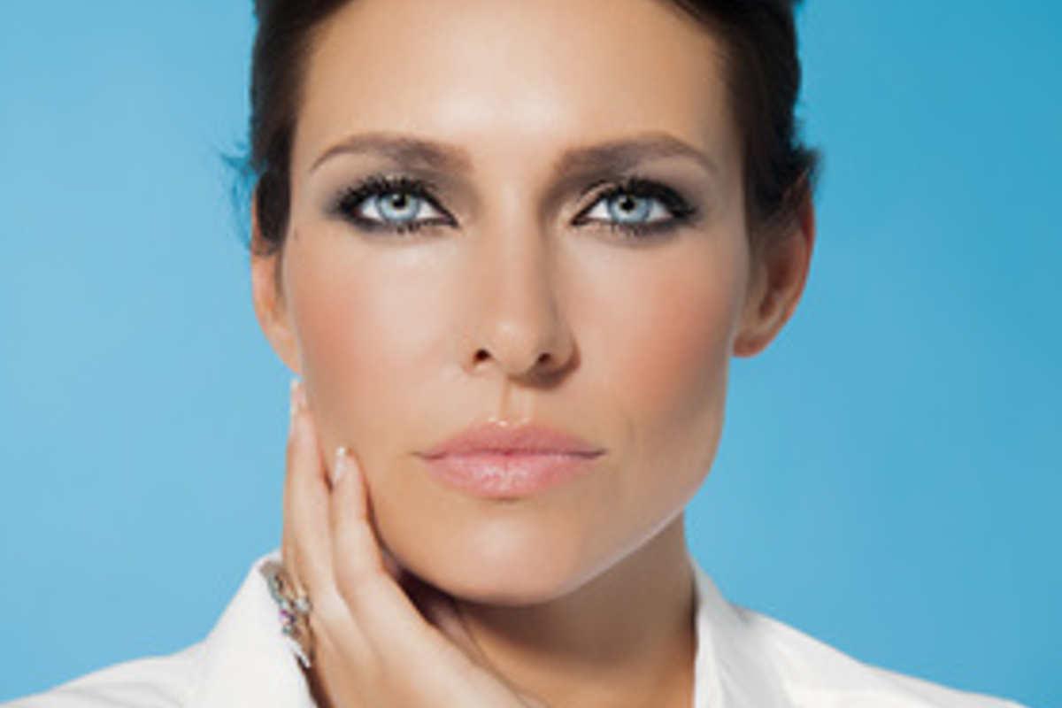 Référence des soins visages, la radio fréquence permet de traiter les relâchements légers de la peau. Avec le temps et la pesanteur, les contours du bas du visage se relâchent. Pour garder un visage harmonieux, le traitement par radio-fréquence est un soin préventif idéal. En effet, elle permet de traiter le relâchement de l'ovale du visage, du cou et des paupières. Avec ce procédé, des ondes électromagnétiques à très haute fréquence chauffe le derme. Il en résulte une contraction des fibres de collagène.
